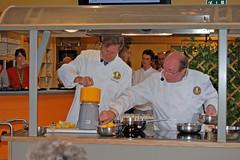 Chefkok Guy Van cauteren helpt Geert met citroenen uitpersen