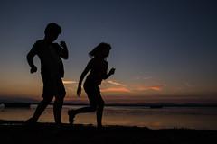 Ceux qui courent, et ceux qui les regardent courir (Nathalie Le Bris) Tags: silhouette silueta correr run courir sunset atardecer coucherdesoleil child enfant nio