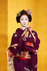 Maiko et Geiko (2) (romain_castellani) Tags: d750 japon japan kyto kyoto portrait spectacle geisha maiko geiko people art face visage tradition danse dance musique music femme woman ventail or gold maquillage makeup kimono personnes intrieur tamron70300mmf456 handfan handheldfan c1