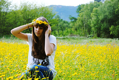 (Sheila con hache) Tags: flowers blue summer portrait mountain flores verde green primavera girl beautiful face field yellow azul forest landscape spring hands nikon chica retrato cara paisaje manos amarillo bosque bonita verano campo diadema montaa margaritas d3000 sheilaconhache
