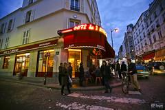 Cafe des 2 Moulins (rbpdesigner) Tags: paris slr coffee caf cafe frankreich europa europe ledefrance kaffee frana montmartre 5d francia caff parijs pars  parigi caff  pary parys   llens canoneos5d cafedes2moulins pariis canonllens parizo lentel canonef1635mmf28liiusm velhomundo ruecauchois velhocontinente pars ruasdemontmartre