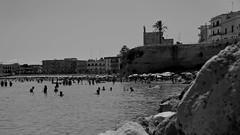 bagni (point camera) Tags: otranto spiaggia spiaggetta silhoette obrelloni umbrellas blackandwhite biancoenero monocolore monochrome monocromo monotone summer estate inacqua