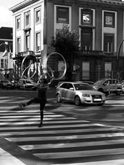 Hoola (Ren-s) Tags: blackandwhite noiretblanc street rue streetphotography streetartist artiste city citycenter ville town towncenter road cars bruxelles brussels belgium europe belgique passagepourpietons walkway hoola hoop cerceaux hoolahoop