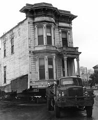 Western Addition, San Francisco (Dave Glass . foto) Tags: sanfrancisco kodachrome towtruck westernaddition urbanrenewal towing victorianarchitecture ellisstreet housemovers sanfranciscoredevelopmentagency coasthousemovers