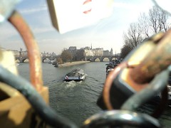 rio sena (_chemicaldream) Tags: boat barco locked riosena cadeados senariver