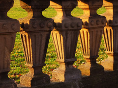 Picture Puzzle - Balusters or Frogs ? (Batikart) Tags: park light sunset shadow sun detail green texture nature grass leaves yellow stone wall architecture canon germany circle geotagged deutschland golden licht leaf spring flora europa europe pattern stuttgart outdoor linie pillar meadow wiese row structure historic line gelb edge architektur gras column grn blatt sonne bauwerk bltter schatten plinth muster 2012 frhling sense kreis g11 historisch margin badenwrttemberg sule frhjahr swabian steinmauer reihe sockel begrenzung picturepuzzle vexierbild imfreien viewonblack batikart canonpowershotg11 201309 wahnehmung