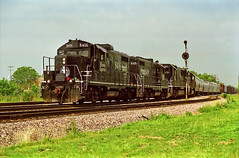 IC Broadview 4 6-27-98 (eyepilot13) Tags: railroad ic illinois cc 1998 paducah locomotives 1003 broadview freighttrain 1015 17thavenue 8419 geeps 8416 freeportsub sd70s