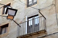 Con farol (vcastelo) Tags: farol balcón casa ventanas ciudad conjunto histórico albarracín teruel aragón españa spain