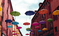 Cielo di ombrelli (Minchioletta) Tags: pentaxmesuper smcpentaxa50mm smcpentaxa50mmf17 50mmlens lomographycn100 expired expiredfilm expired022015 analogicait lomographyandvintagecameras c41 ombrelli umbrellas sky cielo 200iso
