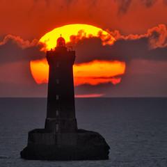 "_LN14136 : Le Four solaire ""fume"" (Brestitude) Tags: sunset sea mer lighthouse france brittany bretagne breizh 29 phare coucherdesoleil finistère lefour porspoder iroise d700 brestitude"