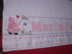 Toalha banho Maria Luiza (*Sonhos e Retalhos Ateli*) Tags: flores beb boneca patchwork menina letras borboletas bordado costura fitas botes alfabeto patchcolagem bordadosamo apliqu