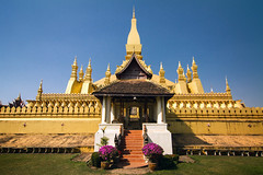 Pha That Luang (Great Stupa) - Vientiane, Laos (pas le matin) Tags: lao laos asia stupa greatstupa phathatluang vientiane asie temple architecture southeastasia travel voyage world or gold golden 7d canon canon7d canoneos7d sky outdoor
