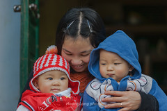 K9993.1210.Sapa.Lo Cai (hoanglongphoto) Tags: asia asian vietnam northvietnam northwestvietnam people life lifeinvietnam women children girl girls three mother motheranddaughter portrait portraitmotheranddaughter canon canoneos1dsmarkiii tybc locai sapa ngi cucsng ithng mvcongi chndung chndungmvcongi bamcon dailylife smile ci nci eyes imt happy hnhphc trem trcon phn bgi canonef70200mmf28lisiiusmlens candid candidpictures candidcaptured tnhin chptnhin hnhnhtnhin 3