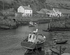 Roxby Beck,Staithes-26 (Kev's.Pix) Tags: staithes roxbybeck seaside coast coastline northernengland northyorkshire beck eastcoast eastcleveland mono fishingboats boats cottages village bridge
