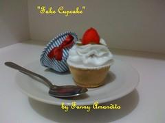 Cupcake de feltro: morango com creme (Funny Amandita) Tags: cupcakes cupcakedefeltro docesdefeltro cupcakedecorativo donutsdefeltro docesdecorativos