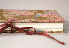 Detalhe do fechamento (Zoopress studio) Tags: detail thread leather paper notebook book pages handmade sewing crafts craft books sketchbook handboundbook livro papel libros livros bookbinding limitededition binding concertina coptic sketchbooks caderno handmadebook papercraft notebooks detalhes reliure imadeitmyself costura handmadebooks handbound copticstitch copticbinding couro bookspine handboundbooks encadernao exposedspinebinding encuadernacion zoopress lombada copta linenthread lombadaexposta copticbook exposedspinesewing leatherbook encadernaoartesanal encadernaocopta zoopressstudio livrocopta livroscoptas copticbindingbook exposedsewing linhasdelinho fabriccoveredbook copticbindingbooks costuracopta costuraexposta linhadelinho livrodedesenhos livropersonalizado stealingisbadkarma