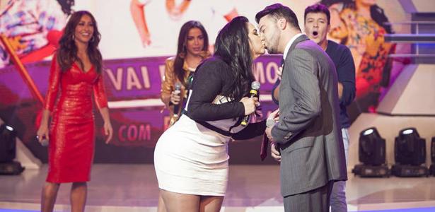"""Apresentadora Fabíola Gadelha tenta """"desencalhar"""" e beija pretendente na TV"""