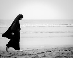 Elle marchait... (cafard cosmique) Tags: noirblanc monochrome maroc morocco essaouira streetphotography islam femme
