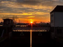 IMG_6695.jpg (vossemer) Tags: hafen bauwerke sehenswrdigkeiten himmel orte schleusen sonnenuntergang krane stimmungen sonnenstrahlen objekte abendlicht natur wetter hamburg deutschland de