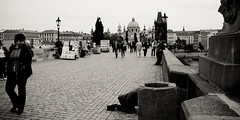 Prag | Praha (fotografiehalle) Tags: street people juni blackwhite prag praha 2012 karlvmost karlsbrcke schwarzweis