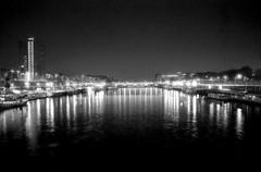 La Seine nous engloutit dans ses lumires (deFe.) Tags: blackandwhite paris seine night 35mm river fiume 28mm tokina 28 ilford yashica senna notte rmc parigi fleuv