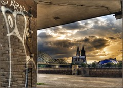 Klner Dom - Cologne cathedral (fragud) Tags: bridge light sunset shadow cloud wall graffiti evening abend licht nikon sonnenuntergang cathedral dom cologne wolken kln rhein schatten hdr railwaybridge mauer d800 eisenbahnbrcke klnerdom colognecathedral hohenzollernbrcke nikkor247028 100commentgroup mygearandme mygearandmepremium mygearandmebronze musikdome