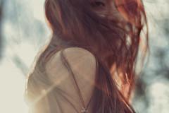 Qu hace falta para ser feliz? Un poco de cielo azul encima de nuestras cabezas, un vientecillo tibio y la paz del espritu. (Geo Menchaca) Tags: blue red nude airelibre sun woman model