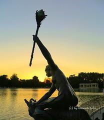 El Retiro- Las Sirenas. Madrid (lameato feliz) Tags: madrid elretiro arte escultura lassirenas contraluz