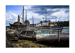 a wreck may hide another (gillouvannes56) Tags: plagebeach seascapepaysagebretagnebrittany oldboatvieuxbateauxwrecksépaveslightcolorslumièrecouleurscamaretmerseachalutierbrestcrozoncanon7d