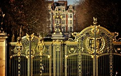 "Green Park golden gates • <a style=""font-size:0.8em;"" href=""http://www.flickr.com/photos/60145860@N04/6966615886/"" target=""_blank"">View on Flickr</a>"