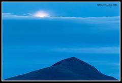 Sortida de la lluna plena (Joan Masdeu) Tags: moon mountain clouds landscape outdoors catalonia catalunya rise muntanya sortida nuvols paisatge lluna ripolles taga