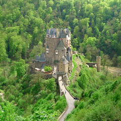 Classic view on Burg Eltz (Bn) Tags: wood old trip family vacation green castle history castles nature beautiful stone fairytale century forest wonderful germany landscape geotagged deutschland spring topf50 solitude zoom hiking engineering visit disney medieval eifel valley historical imagination hd charming middle residence dreamlike 9th schloss fortress allemagne ages middleages burg mosel discover kasteel unchanged rheinlandpfalz schlsser moyenge eltz mittelalter burcht karden burgen sprookjes mnstermaifeld eltzcastle moezel wierschem moselkern cindarellacastle 50faves elzbach burgenundschlsser grafvoneltz geo:lon=7336571 geo:lat=50204896