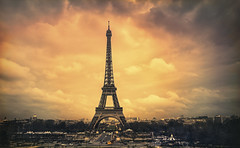 Paris, Tour Eiffel (Luc Mercelis) Tags: paris paris2015night parijs cityscape city citytrip cityoflight france sonyslt77v minoltaprimelens50mm minolltaprimelens20mm minoltaprimelens24mm primelens red yellow blue vacation clouds art architecture