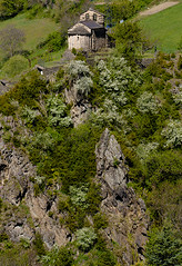 Romanic dalt del cingle / Cliffhanging romanesque (SBA73) Tags: pirineus pyrenees andorra encamp romanic romanesque església iglesia capilla capella chapel eglise chiesa kirche church lesbons santromàdelesbons medieval scenery