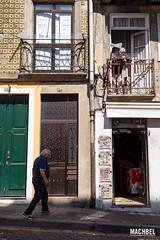 El balcn indiscreto (machbel) Tags: portugal calle gente balcn oporto seor