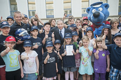 Jean Todt and kids give a thumbs-up at the Annual Summit