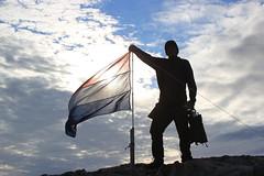 Dutch (Annemeejuul) Tags: camping cloud robert netherlands norway clouds canon eos holding flag air nederland wolken svalbard human mens lucht spitsbergen wolk vlag noorwegen nederlandse campside vasthouden eos550d svalbjard