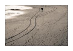 camino marcado (2) (Ramn Medina) Tags: gijn asturias huellas tracks footsteps pisadas hombresolo hombreypaisaje playa beach lines lneas