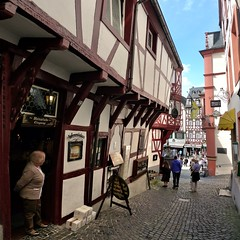 The narrow Spitzhuschen Anno 1416, nowadays a wine tavern (Bn) Tags: bear blue houses vacation sky castle fountain beautiful river germany geotagged town spring topf50 europa europe village wine market centre culture medieval historic castelo middle altstadt ages renaissance vinho castel burg delightful mosel wein weinberg rheinlandpfalz moselle bernkastel timbered medieva landshut weinstube bernkastelkues kues vakwerkhuizen moezel moseltal rhinelandpalatinate musel 50faves holicay mosela spitzhuschen renaniapalatinado geo:lon=7076620 geo:lat=49915627