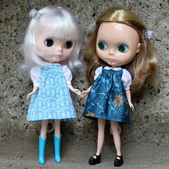 We are sisters, aren t we?! (*Pppilottchen aka dollily*) Tags: blue stella dress turquoise lola db babydoll blythe blau sv 2012 fbl trkis kleid stoffe ebl puffysleeves 2256 vintagefabrics adaw musterkarte lasche adollaweek hngerchenmitpasse fabricsamplecard puffrmelchen