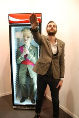 Omar Jerez junto a la escultura de Franco de  Eugenio Merino