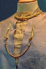 La Tne III torc, brooches and neck chain 75 - 25 BCE Gold (mharrsch) Tags: torc neckring jewelry brooch chain gold celt lateneiii ironage britain ancient 1stcenturybce britishmuseum london england mharrsch