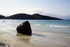pedra (Mariporaii Fotografia) Tags: pedra natureza natura nature mar azul sky blue céu sea sol sun summer areia arraial do cabo