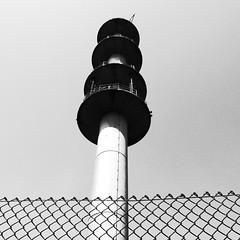 hide-out behind fence (vaquey) Tags: tower monochrome fence deutschland low 28mm highcontrast delaware mast behind zaun turm karlsruhe hideout badenwürttemberg sendemast delawarestreet sooc erzbergerstrasse grd4 vaquey speziatode vaqueyvisions ©2011vaquey ricohgrdigital4