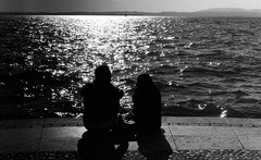 Figure (miriam.lonardi) Tags: pentax pentaxmx 35mmfilm 35mm 50mmlens 50mm film filmphotography filmisnotdead filmlover pellicola lagodigarda italia verona figure contrasti biancoenero blackandwhite forme luce riflesso acqua persone people talking