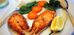 ماهی سوخاری همراه با سبزیجات غذایی سالم (وبگردی) Tags: آشپزی سبزیجات ماهی