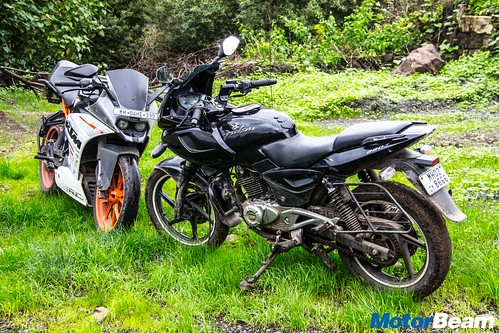 Bajaj-Pulsar-220-vs-KTM-RC-390-12