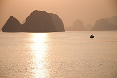 Golden (_Maganna) Tags: outside sunrise sunset gold golden sun bay water sky mountains halongbay boat ocean sea landscape silthuette paysage reflection light travel