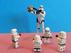 Dernier recours ! (Tony DZ) Tags: white storm trooper toy actionfigure star starwars war force geek lego fig action stormtroopers troopers resort weapon empire figure stormtrooper wars minifig figurine blanc serie episode jouet blaster hasbro obscure minifigure minifigures lifeonthedeathstar