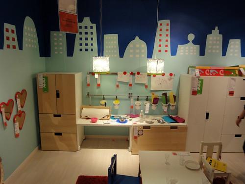 子供部屋の収納兼工作やオママゴトの遊び場コーナーと題した写真